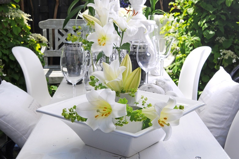 Sparkling white bouquets for pure summer romance