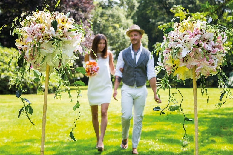 A festive wedding with trendy flowers